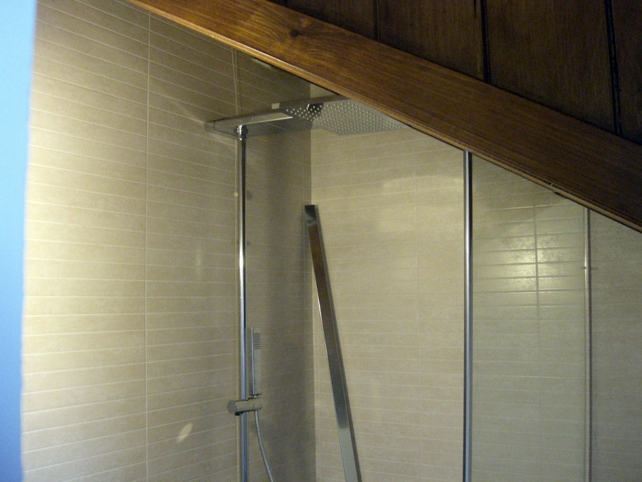 Bagno con tubi a vista: illuminazione con tubi di rame lampade con