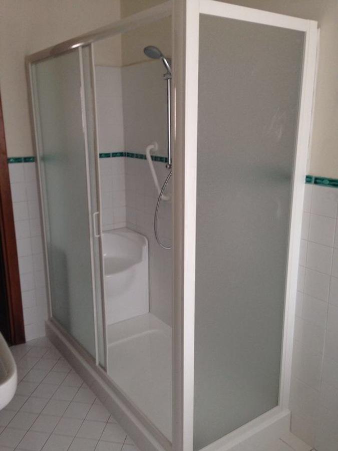 Pareti doccia per disabili design casa creativa e mobili ispiratori - Bagno disabili dimensioni ...