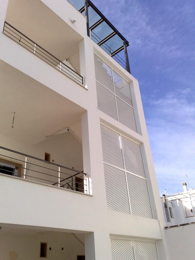Foto edificio commerciale soluzione schermatura scala esterna di adriano margiotta architetto - Foto scale esterne ...