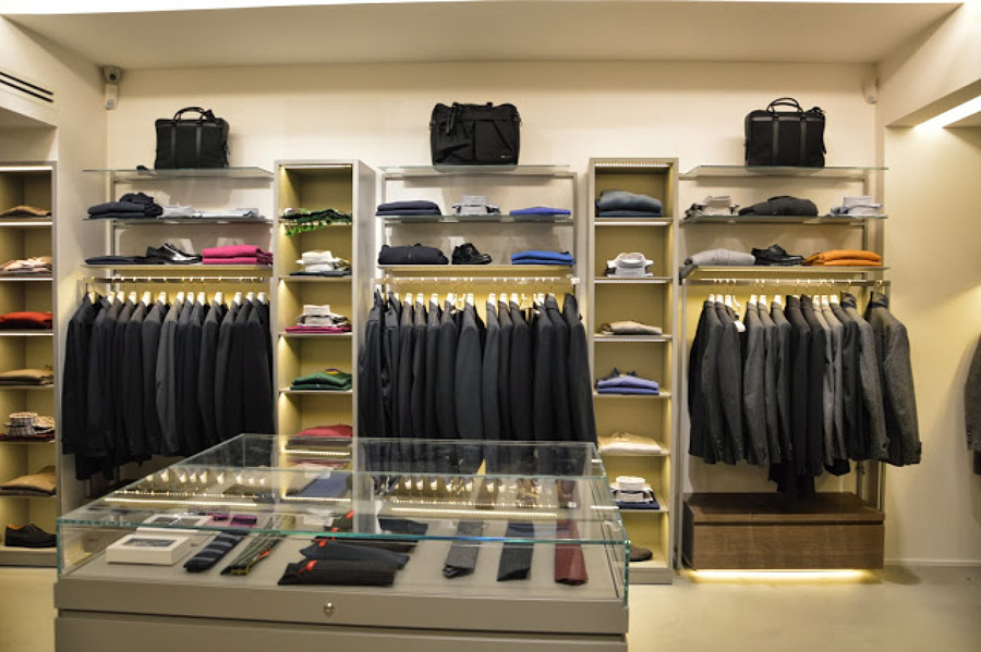 L'abbigliamento uomo nel senso più lato del termine: dall'intimo al parka, dal boot al cap, ogni set intermedio del capo maschile. I trend outfit si alternano con .