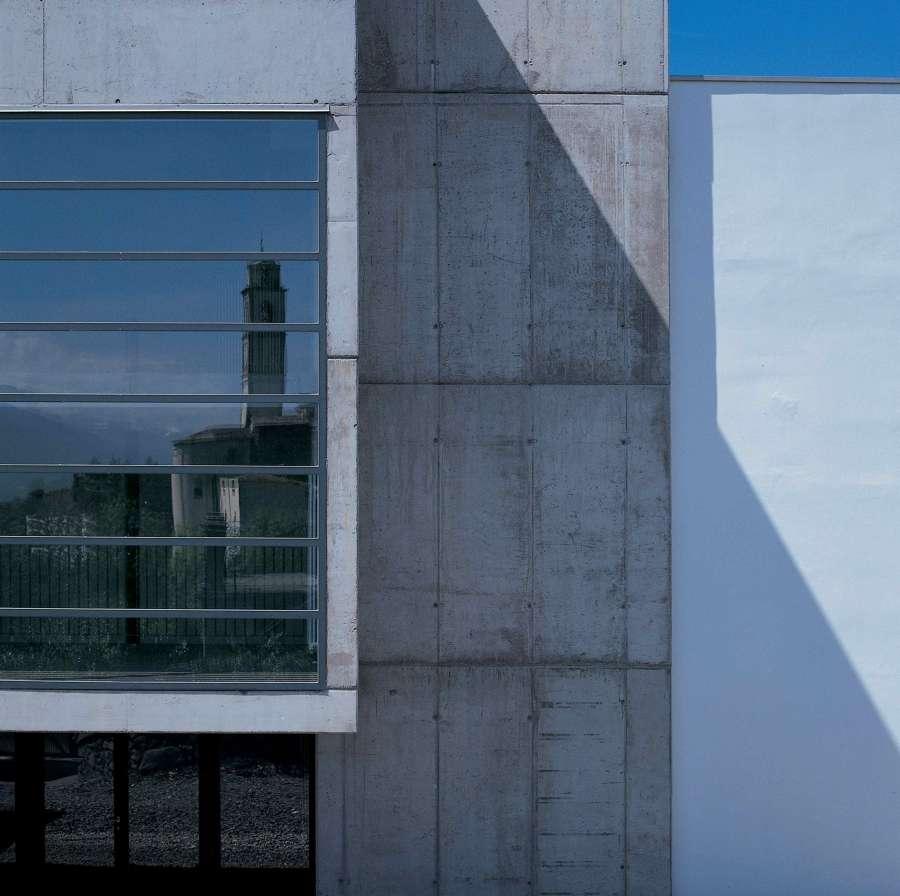 esterno - visto riflesso ingresso