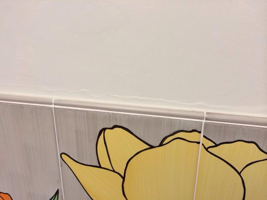 Foto fascione in piastrelle per cucina di idraulica moderna