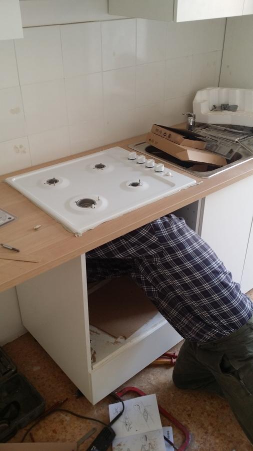 Fase di collegamento degli allacci della cucina