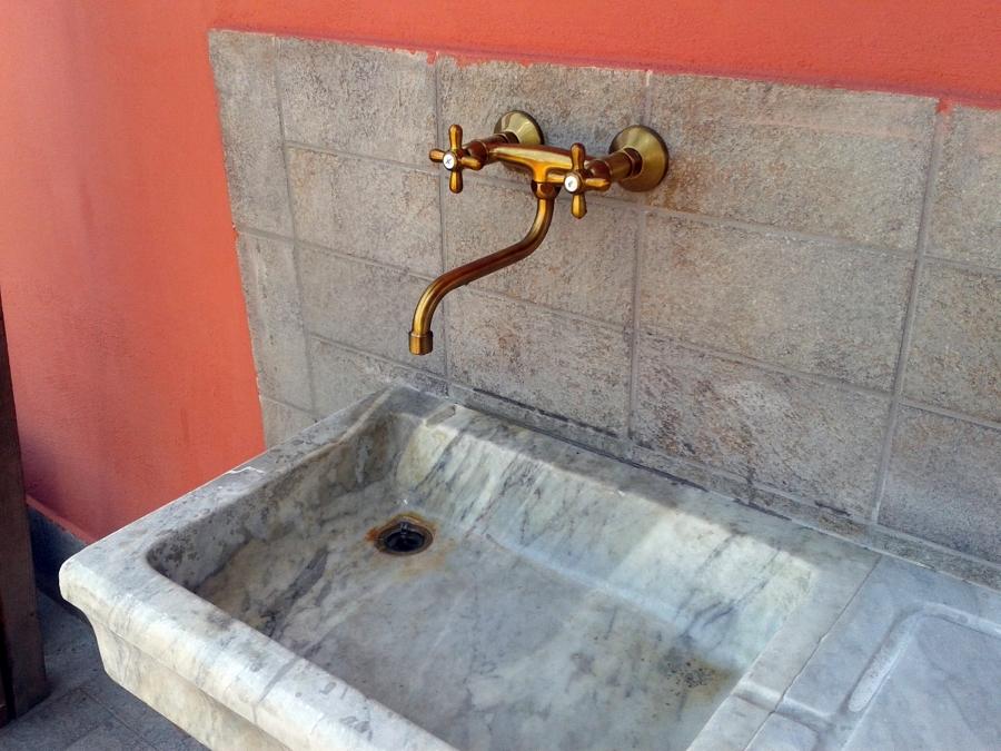 Foto finalizzazione messa in opera lavandino in marmo - Rubinetti bagno ottone ...