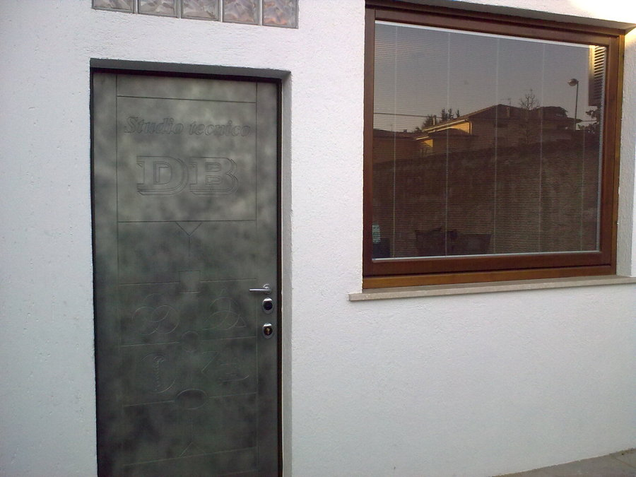 Foto finestra a bilico e portone blindato di fz homedesign 270005 habitissimo - Finestra a bilico ...