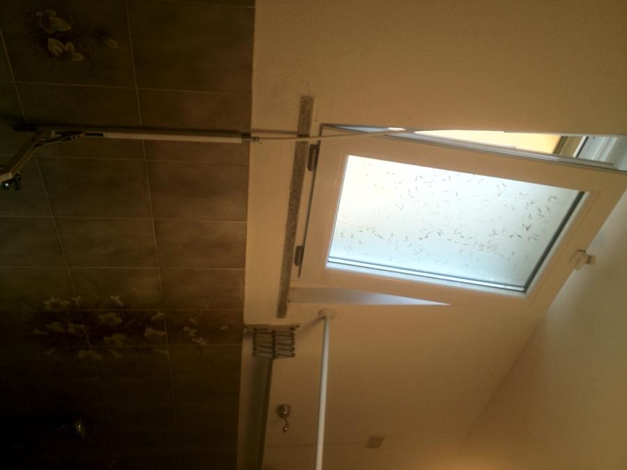 Progetto posa finestra del bagno a ribalta con maniglia - Finestra ribalta sganciata ...