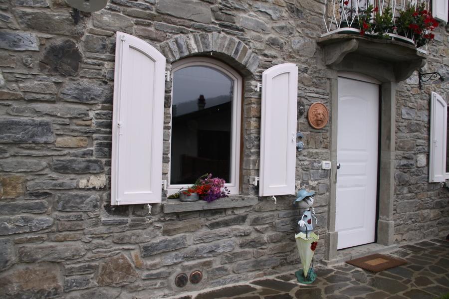 Finestra ad arco FINSTRAL e porta blindata con pannello esterno in alluminio colore bianco