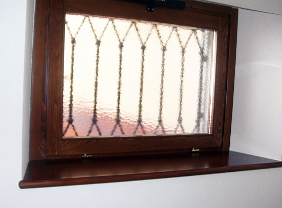 Foto finestra in larice con motore per apertura a - Finestra a vasistas ...