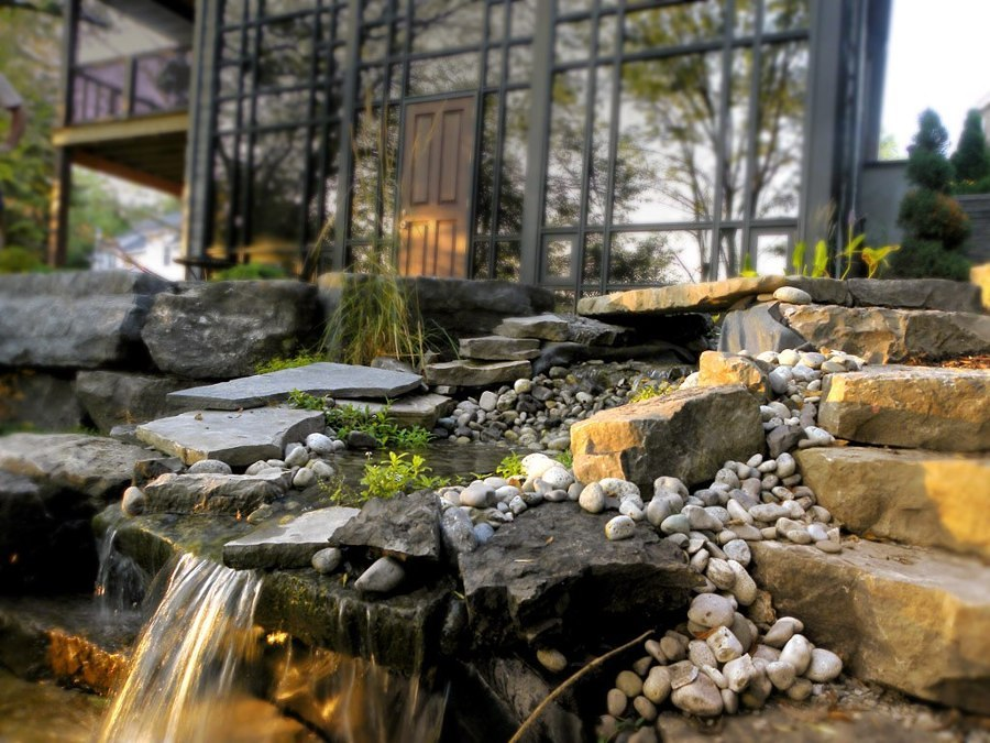 fontana con cascate in pietra