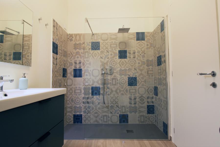 Il bagno con l'ampia doccia