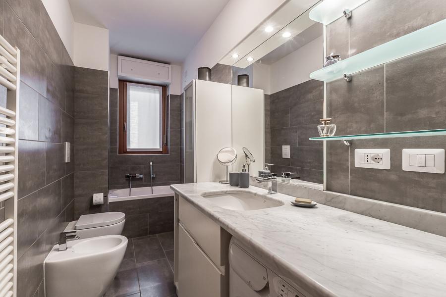 Foto il bagno grigio di facile ristrutturare milano - Quanto costa un architetto per ristrutturare casa ...