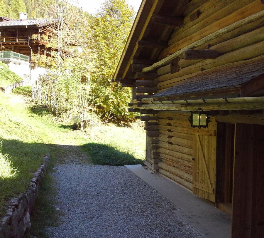 Il fronte verso monte con l'ingresso della casa