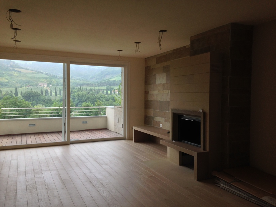 Il soggiorno con l'ampia vetrata panoramica