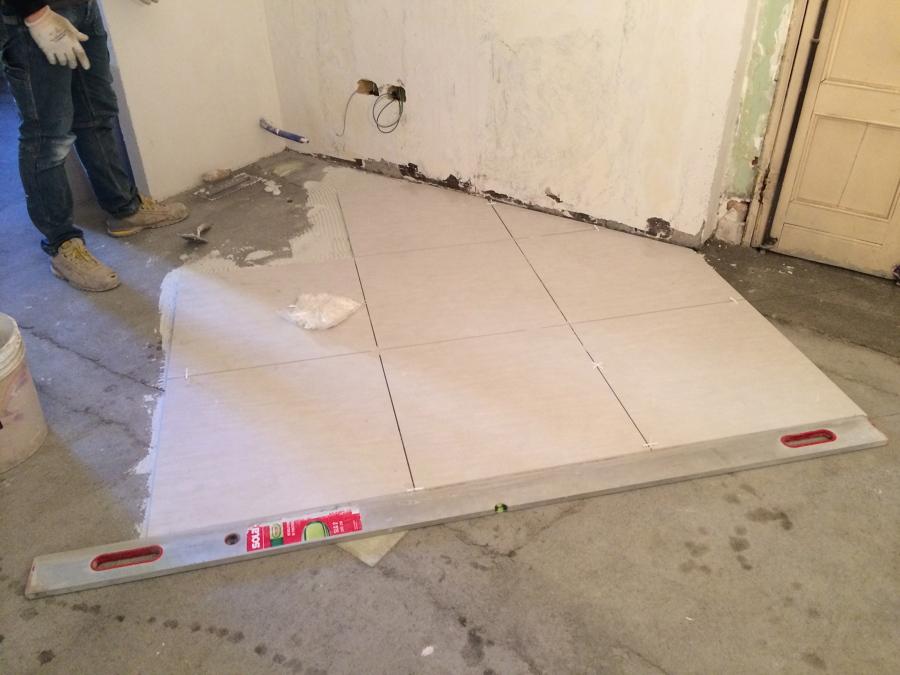 Foto inizio posa pavimento 60 x 60 di edil ristructura di bigoni michele 192027 habitissimo - Posa piastrelle pavimento ...