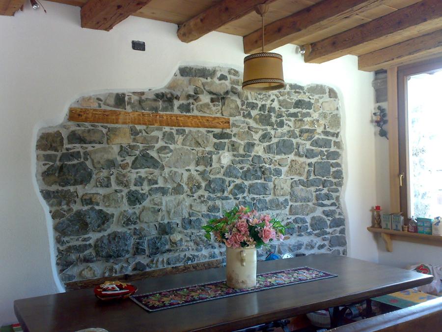 Rivestimento soggiorno pietra idee per il design della casa - Rivestimento cucina finta pietra ...