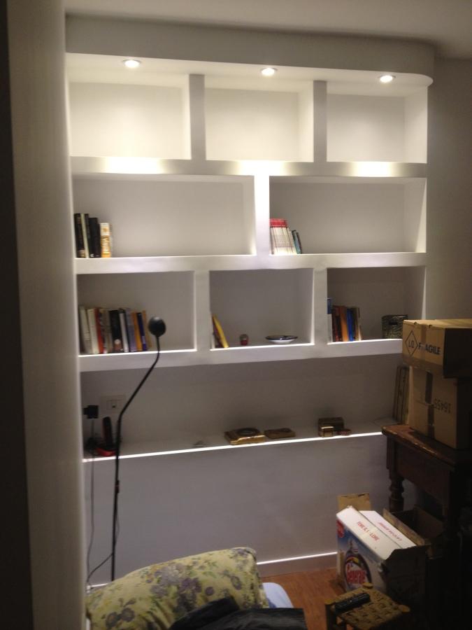 interni, appartamento, libreria a muro illuminata