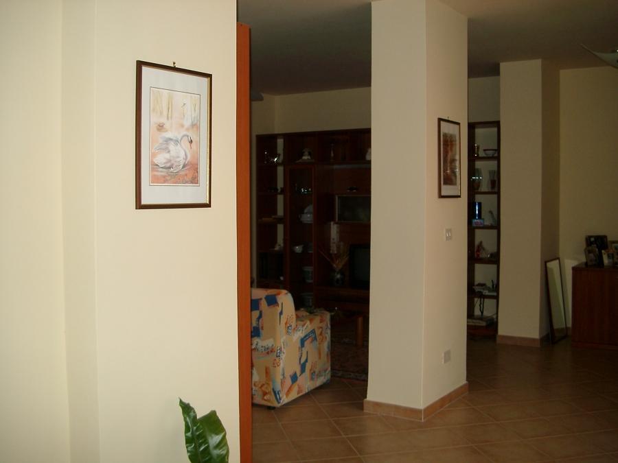 l'ampio salone aperto sul cortile interno della casa