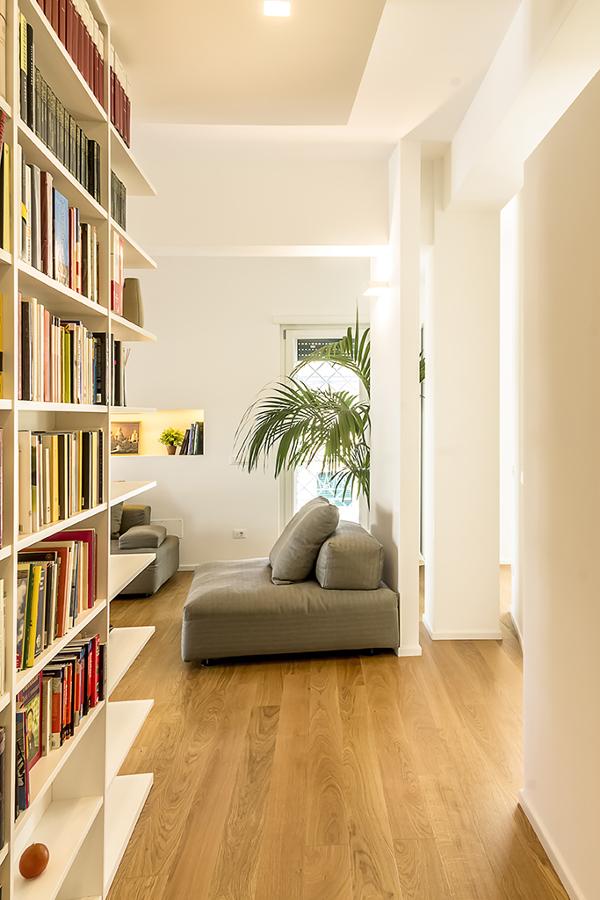 Foto l 39 ingresso con la libreria di mastro in opera srl for Mastro arredamenti palermo