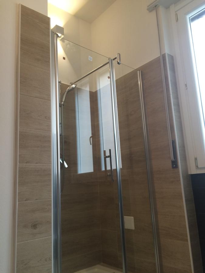 La doccia ricavata nella nuova nicchia.