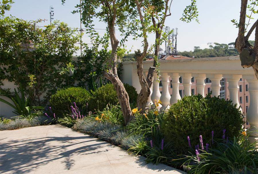 Foto la piantumazione nelle aiuole di greenatelier di for Architetto giardini roma