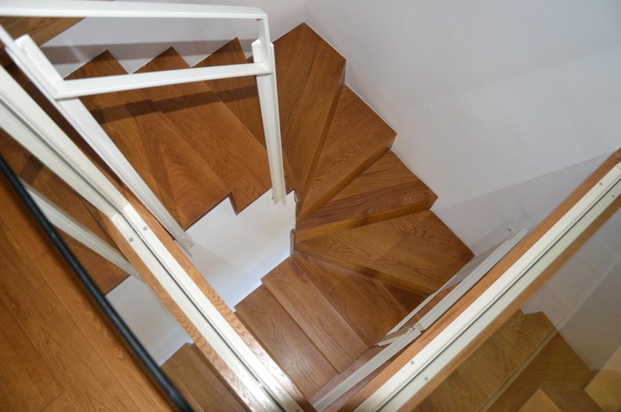 La scala in acciaio e legno di Rovere