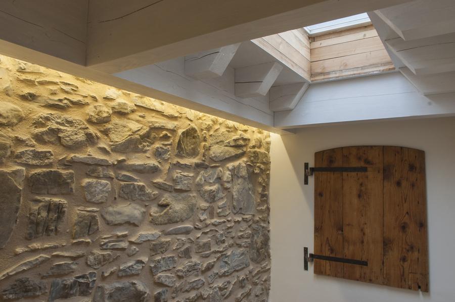 la vecchia parete in pietra restaurata