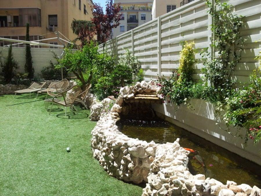 Giardino pensile con laghetto in roccia idee giardinieri - Laghetto con cascata da giardino ...