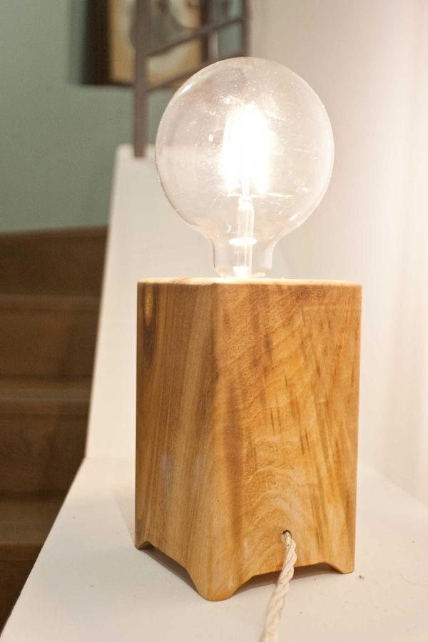 Lampada da tavolo Big Pirn di Ulap design in legno di noce