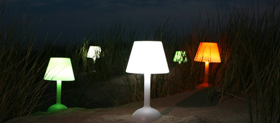 Come illuminare il giardino sfruttando l 39 energia solare idee interior designer - Lampara solares para jardin ...