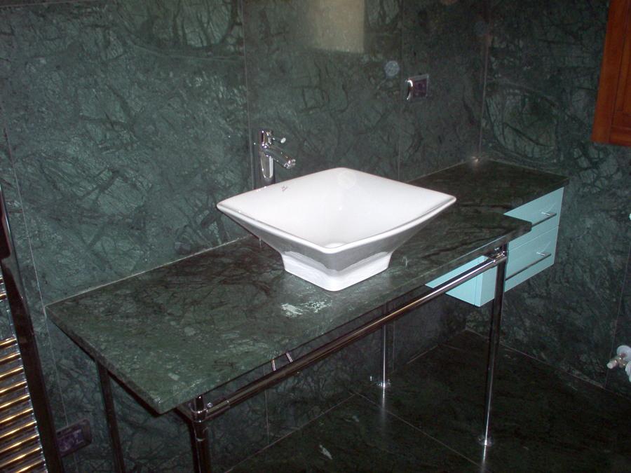 Foto lavabo da appoggio d 39 arredo su piano in marmo di for Arredo marmo