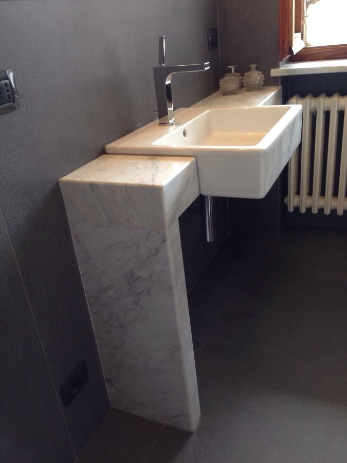 Foto lavabo semincassato su mensola in marmo su misura di - Mensola lavabo ...