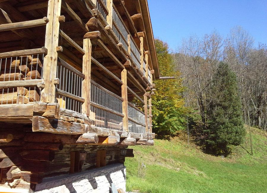 Le balconate in legno verso sud dove veniva steso il fieno ad asciugare