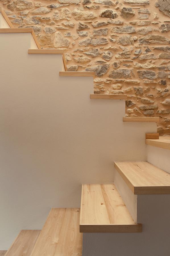 le scale sulla vecchia parete in pietra