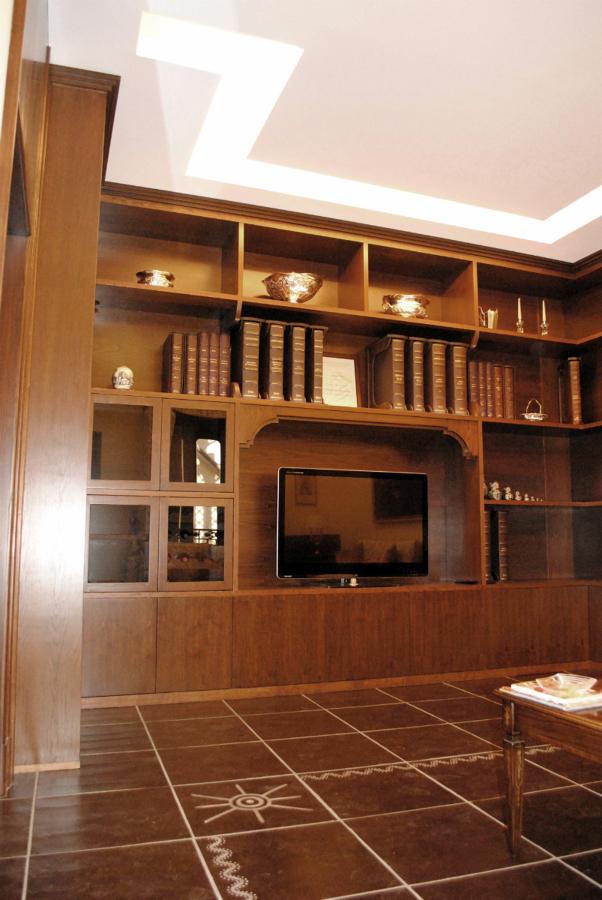 Foto libreria classica in massello di castagno de for Casa classica pesaro