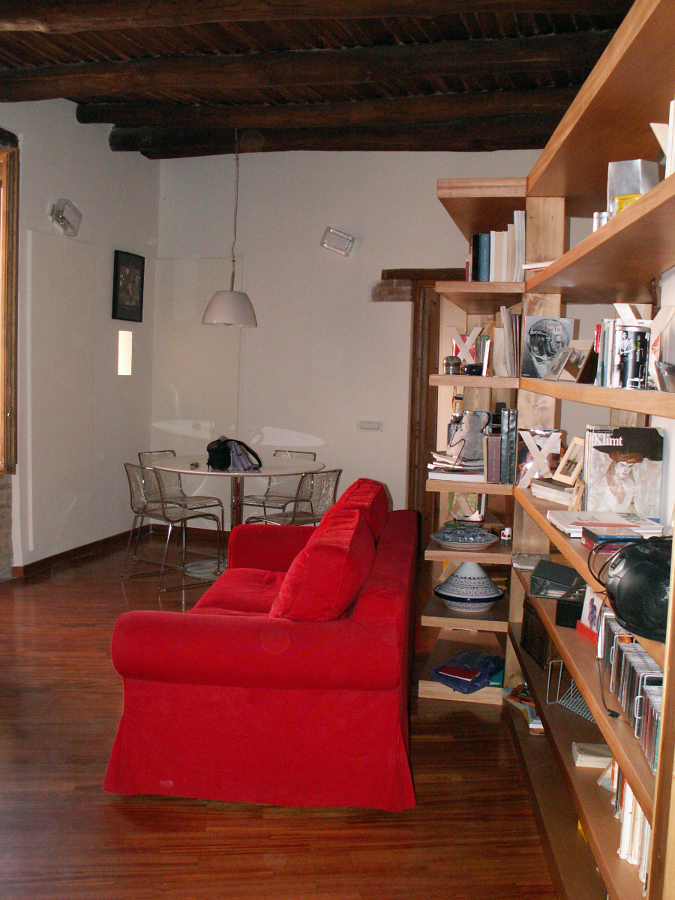 Libreria e divano letto nel salone