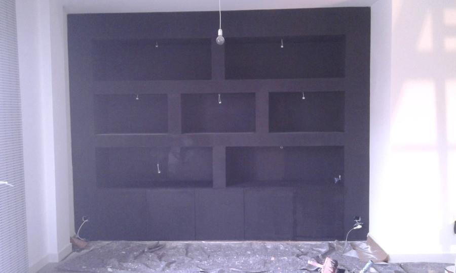 Libreria FINITA su parete intera con faretti