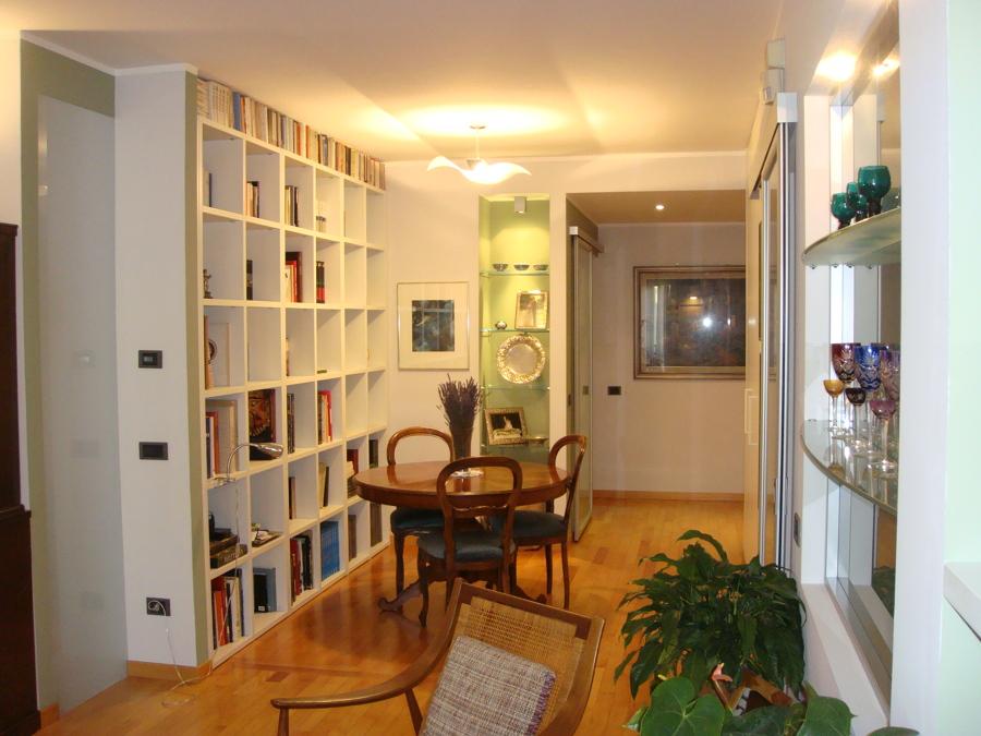 Libreria su misura e nicchia colorata