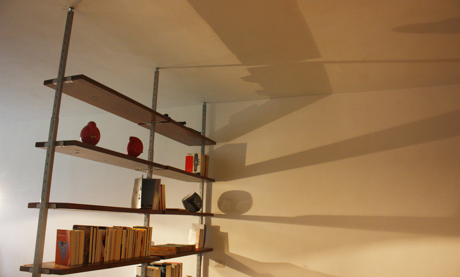 Libreria svedese con struttura d'acciaio e tavole di legno