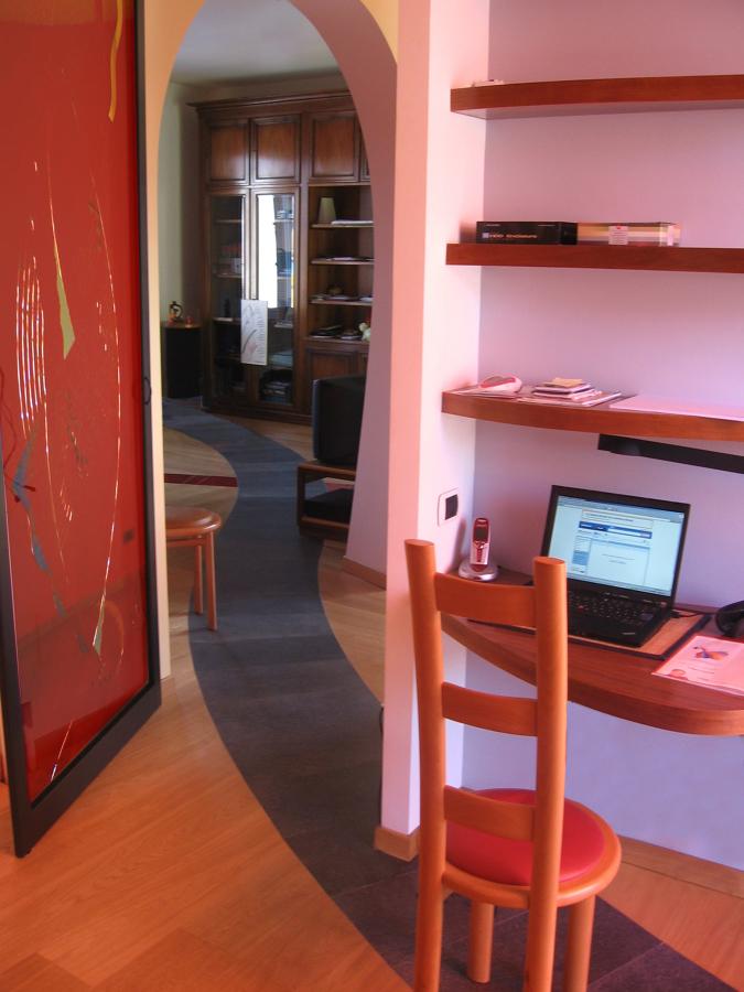 Lo studio con la vetrata artistica della porta e la vista verso il soggiorno