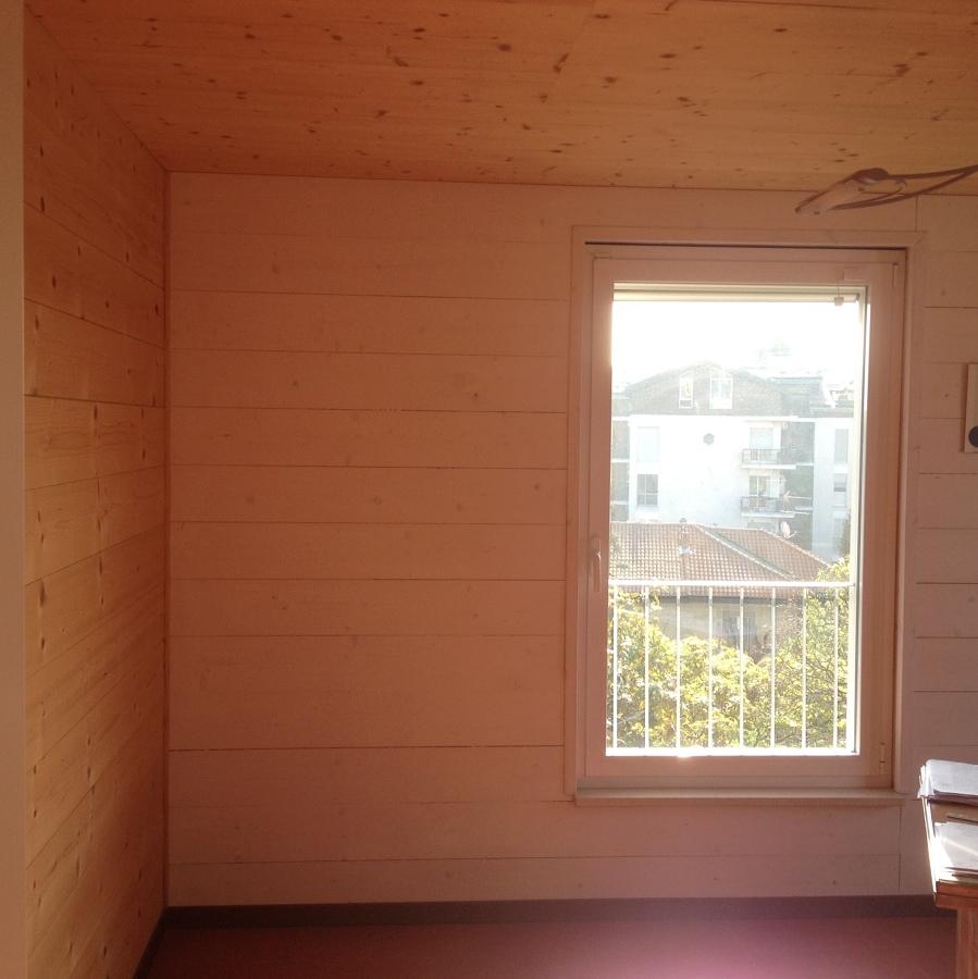 locale con rivestimento pareti in legno