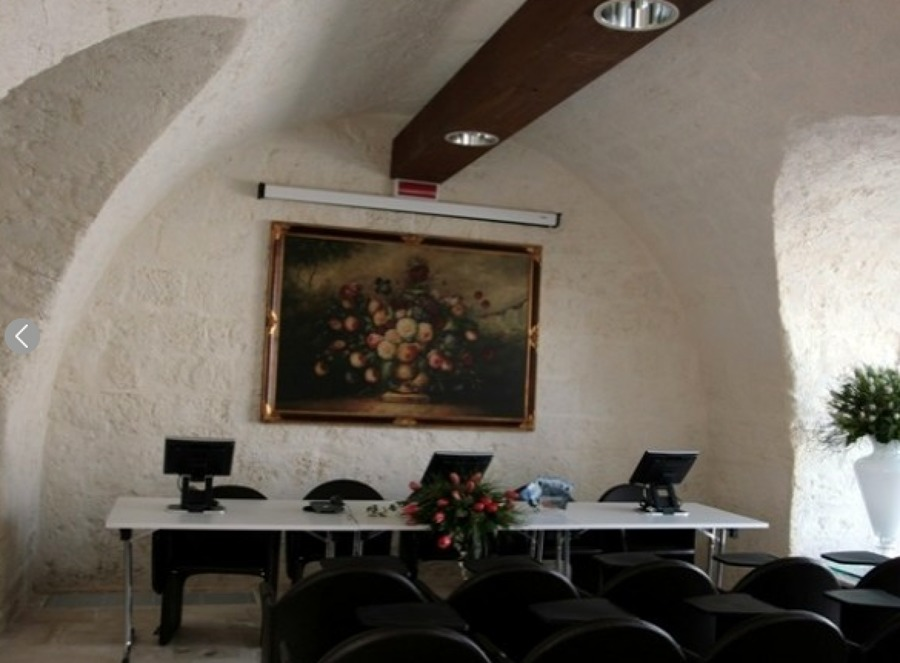 Luce per la sala congressi di Masseria Pietrasole