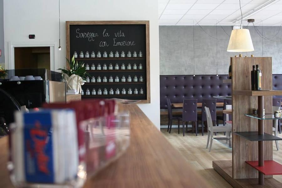 Mensole esposizione wine bar enoteca su misura