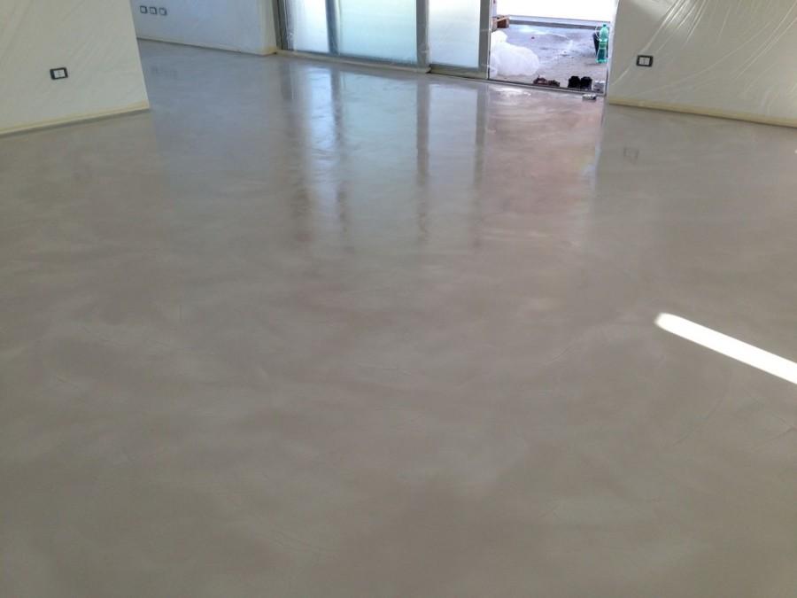 Foto: Microcemento: Stesura Finale della Vernice Lucida su Nuova Pavimentazione di Pitture ...