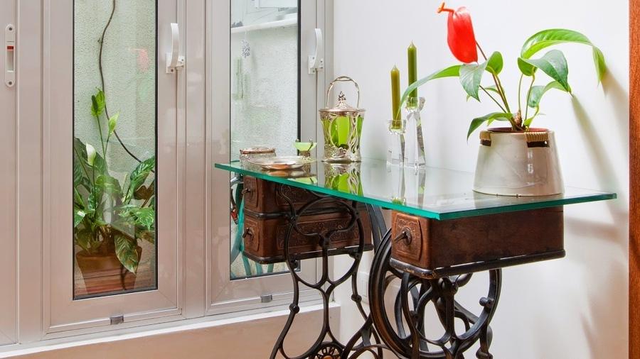 Foto mobile macchina da cucire rivestito in vetro di for Tavolo macchina da cucire singer