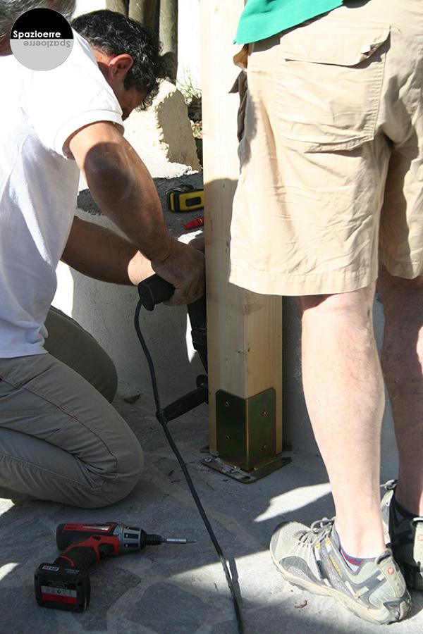Montaggio del pilastro su piastra in acciaio e tira fondi