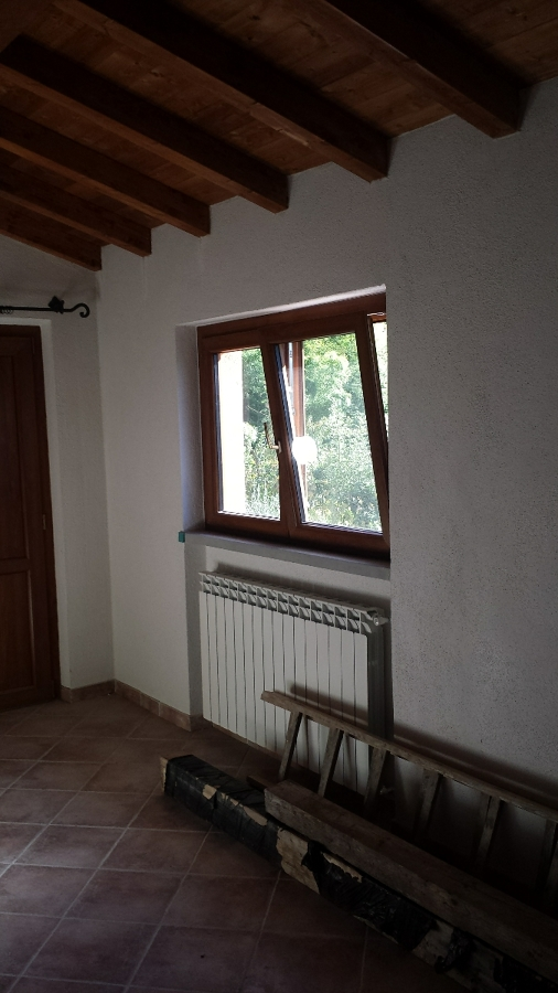 Montaggio finestra a 2 ante in PVC.