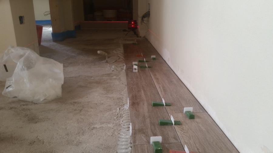montaggio pavimento con livellatori e allineamento laser.