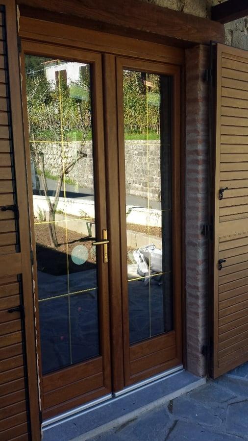Foto montaggio porta finestra in pvc di alfa serramenti for Finestre legno pvc