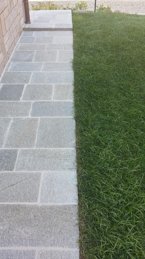 Nuovo marciapiede in pietra