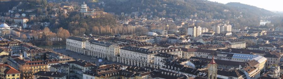 Panorama urbano con l'edificio ristrutturato